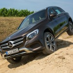 GLC 250 4MATIC in Citrinbraun Offroad unterwegs. Foto: Mercedes / http://die-autotester.com