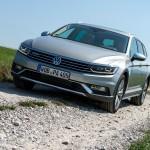 Der neue Volkswagen Passat Alltrack auf Schotter unterwegs