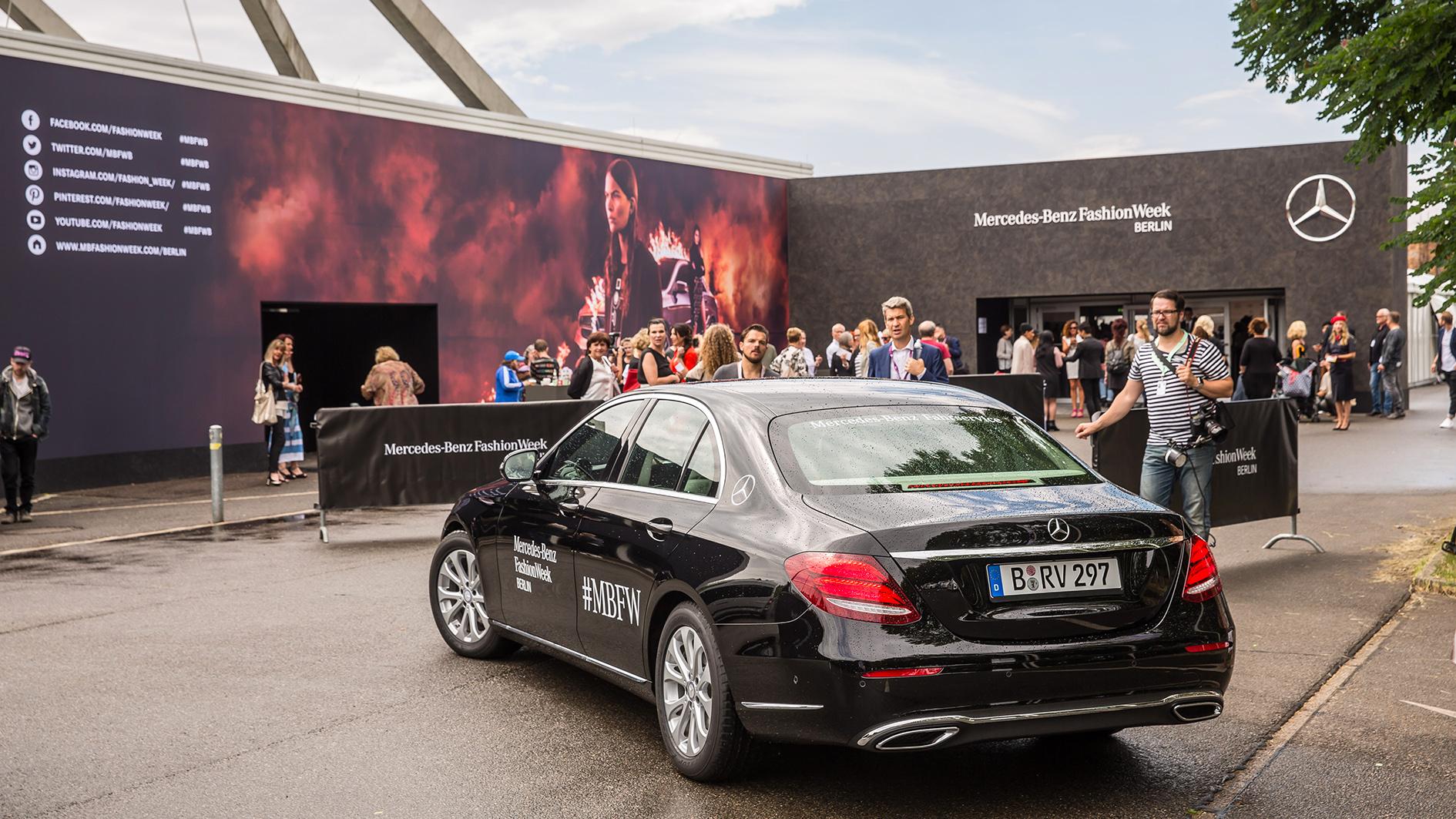 Mercedes benz fashion week berlin 2016 die autotester for Mercedes benz clothes